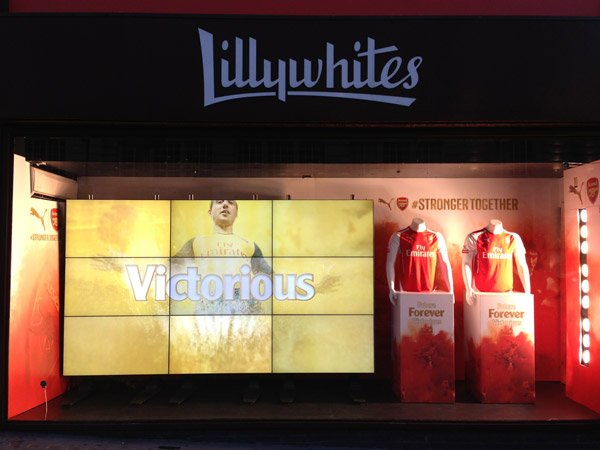 lcd-video-wall-in-shop-window-for-aresenal-at-lillywhites-by-aprios-av